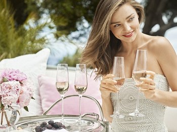 2E7DB3AB00000578-3320194-Mother_of_one_Miranda_seen_modelling_her_new_champagne_flutes_lo-a-26_1447669479156.jpg