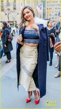miranda-kerr-dresses-differently-for-every-city-she-visits-14.jpg